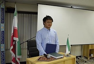 Studenti japonez duke dëshmuar shehadetin në një ceremoni në Qendrën Kulturore të Iranit në Tokio.