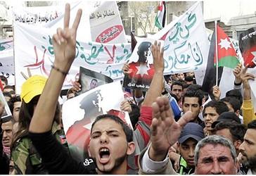Jordanezë me parulla kundër xhihadistëve gjatë një demonstrate më 6 shkurt 2015 në kryeqytetin e Jordanit, në Aman