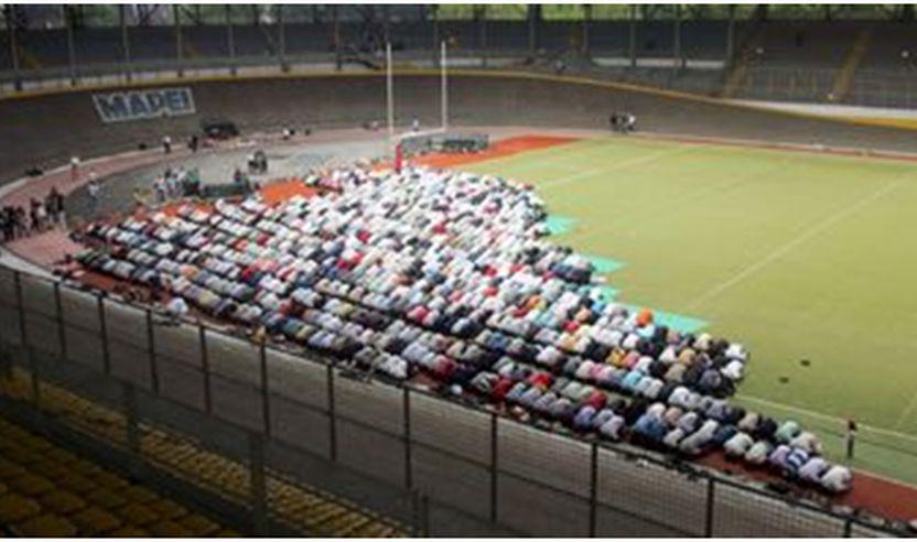Besimtarët musliman në Itali duku u falur në fushë të futbollit
