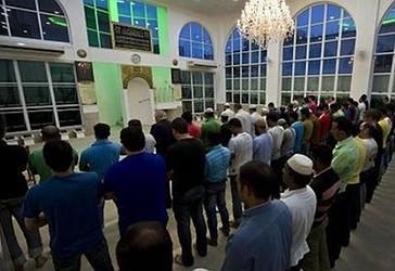 Muslimanët e Brazilit duke e falur namazin e jacisë në xhami
