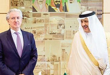 Ambasadori francez, François Gouyette (majtas) me Princin Sultan bin Salman, gjatë takimit të tyre në Rijad.