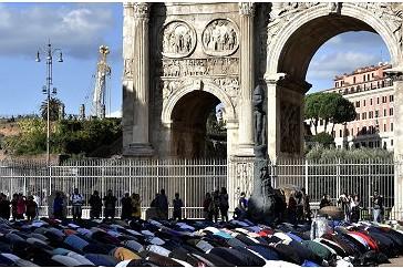 Muslimanët në Romë, Itali, falën në rrugë, para Koloseut