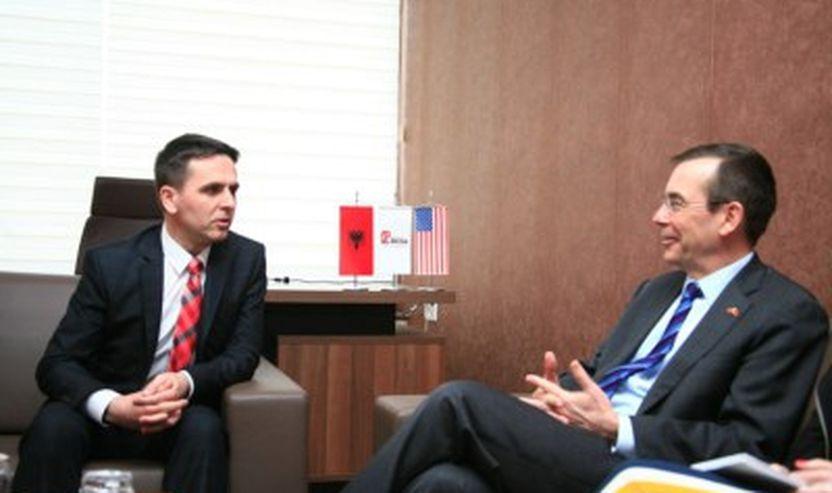 Bilal Kasami duke i dhene besen ambasadorit amerikan