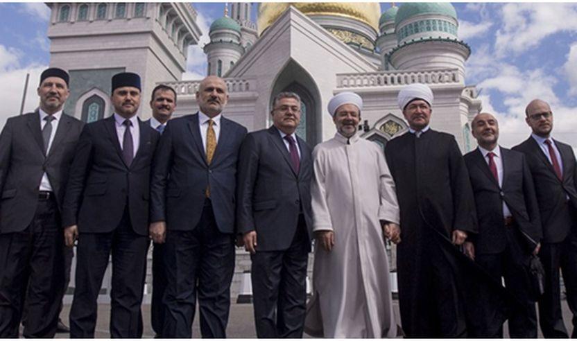 Myftiu Mehmet Gormez  si imam në namazin e xhumasë,      në xhaminë e re në Kostroma, në perendim të Rusisë.