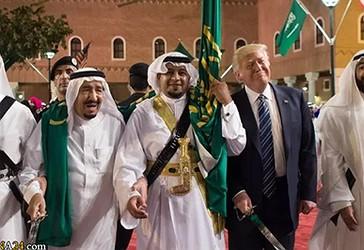 Presidenti Trump mban një shpatë dhe kërcen me kërcimtarë tradicionalë gjatë një ceremonie të mirëpritur në Pallatin Murabba në Riad,  më 20 maj, 2017.