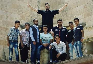 Vullnetarët e rinj muslimanë  ndihmojnë në riparimin e kishës katolike të sulmuar nga ISIS-i në Mosul, Irak.