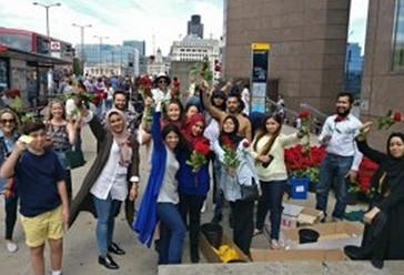 Njerëzëzve që ecnin në Urë të Londrës iu dhuruan trëndafila të kuq në  shenjë  solidariteti dhe dashurie.