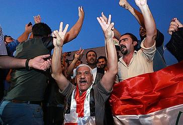 Banorët e Mosulit po festojnë çlirimin e plotë të qytetit të tyre nga terroristët e ISIL-it,  përpara shpalljes zyrtare nga qeveria