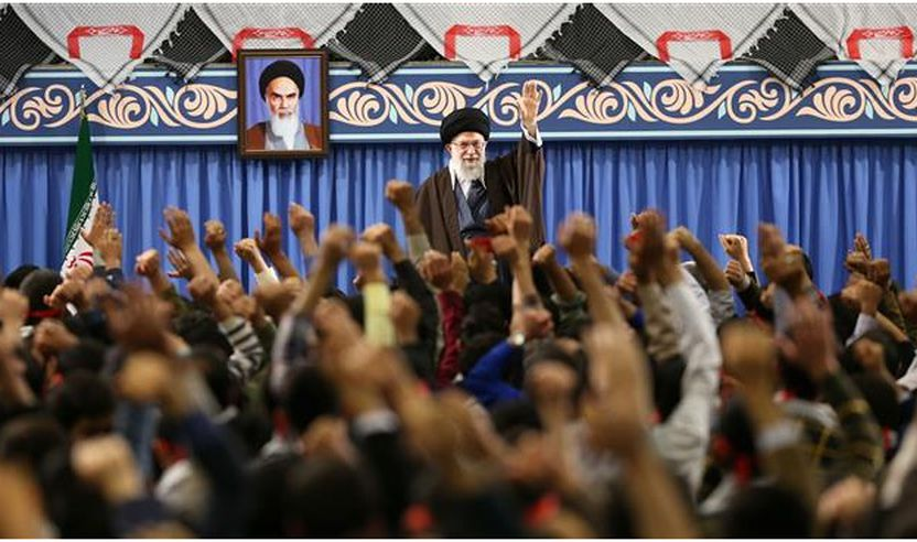 Udhëheqësi i Revolucionit Islamik Ajetullah Sejjid Ali Hamenei duke përshëndetur një grup adoleshentësh dhe të rinjsh gjatë një takimi më 10 mars 2018 në Teheran (foto e mundësuar nga leader.ir)