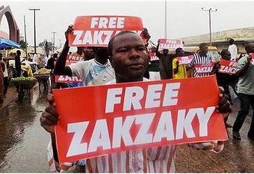 Gjatë një proteste të 11 gushtit të vitit 2018 në rrugët e qytetit verior të Nigerisë, Kano, protestuesit nga Lëvizja Islamike në Nigeri (LIN) mbajë në duar shkrime me anë të së cilëve bëjnë presion për lirimin nga burgu të udhëheqësit të tyre, Ibrahim Zakzaky dhe bashkëshortes së tij. (Foto e mundësuar nga AFP)