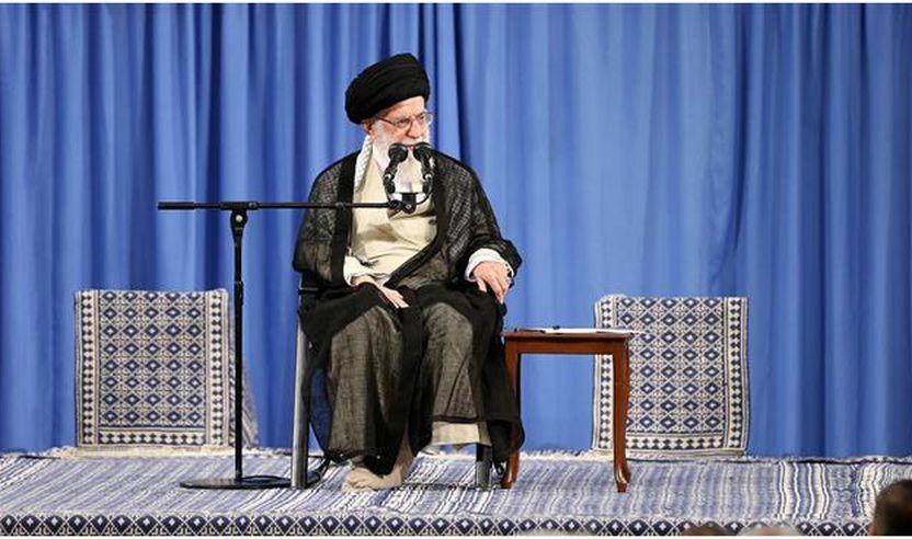 Udhëheqësi i Revolucionit Islamik, Ajetullah sejjid Ali Hamenei ka zhvilluar një takim me një grup të përbërë nga profesorë universitetesh dhe akademikë në Teheran më 10 qershor 2018. (Foto e mundësuar nga faqja leader.ir)